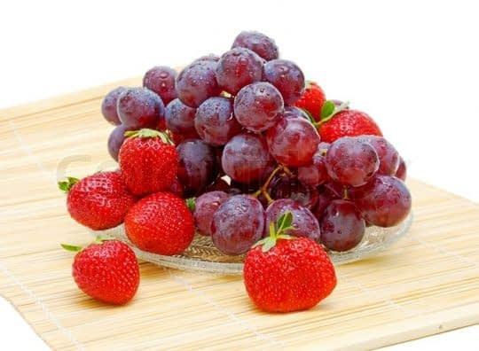 انگور و توت فرنگی برای شادابی پوست