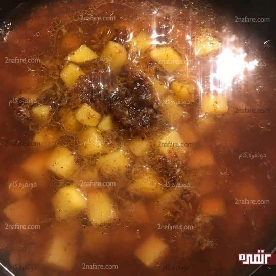 اضافه کردن سیب زمینی و پیاز به عدس نیم پز
