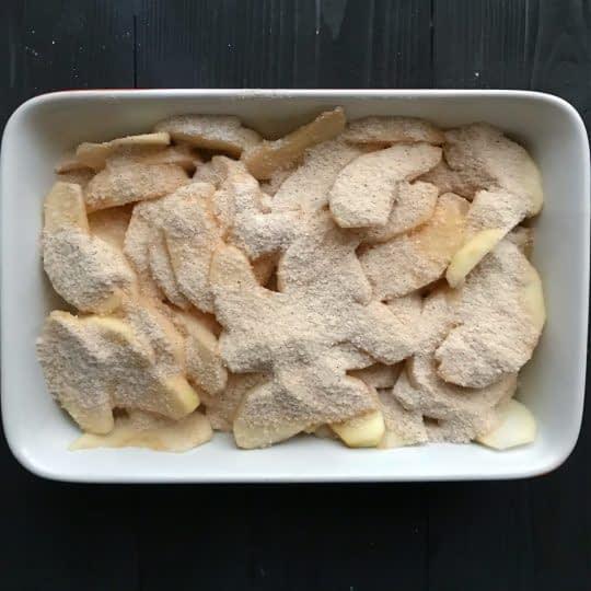 اضافه کردن مخلوط شکر به سیب