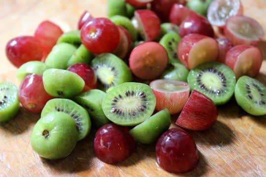 انگور و کیوی برای روشنی پوست