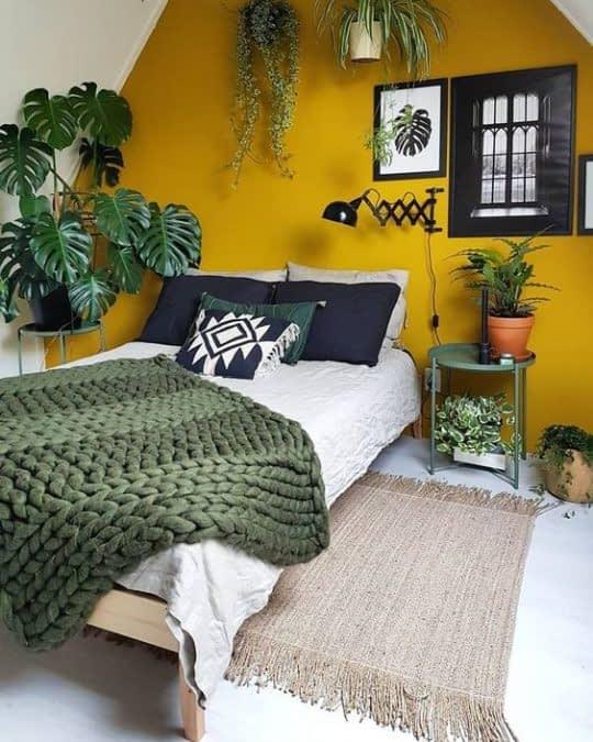 ایجاد کنتراست در اتاق خواب با دیوار خردلی رنگ