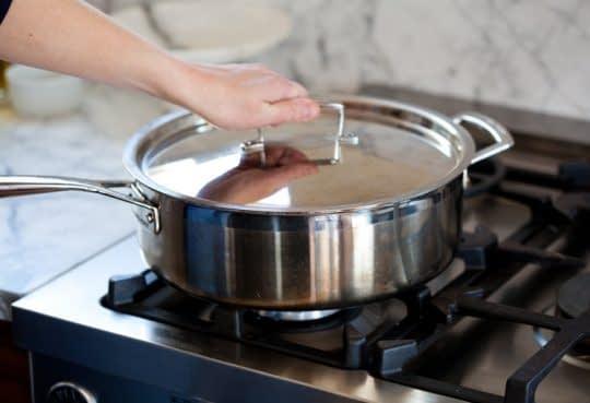 بستن در ماهیتابه و پختن سینه مرغ