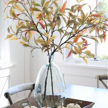 تزیین دکور میز با کدو و برگهای پاییزی