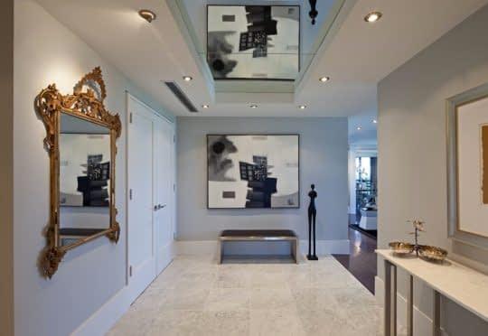 تزیین سقف راهروی ورودی با آینه و هالوژن
