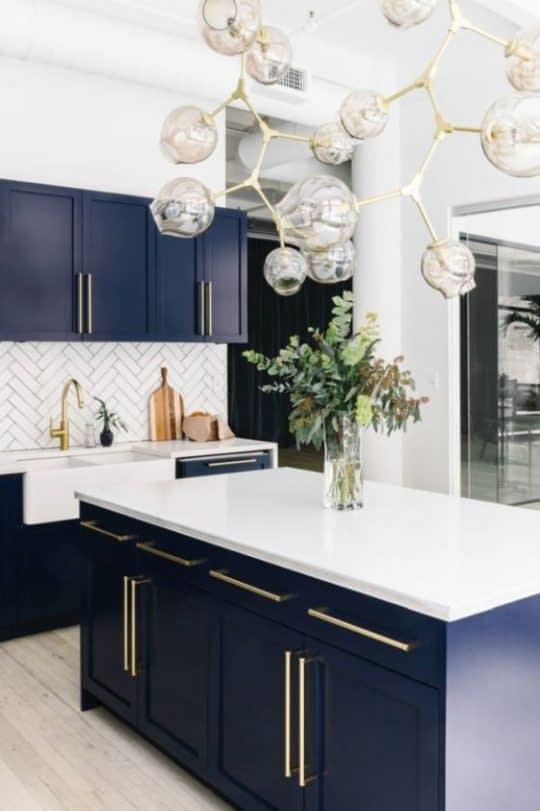 تعادل رنگی در آشپزخانه با 3 رنگ آبی، سفید و طلایی