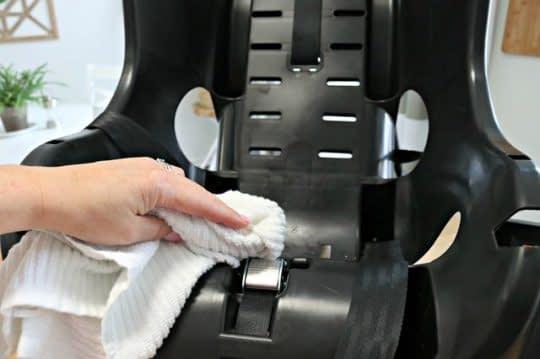 تمیز کردن بدنه ی اصلی صندلی