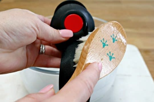 تمیز کردن کمربند با برس و محلول