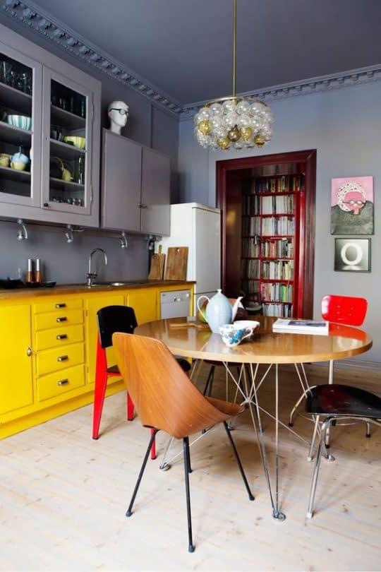 جذابیت آشپزخانه خاکستری با رنگهای زرد و قرمز