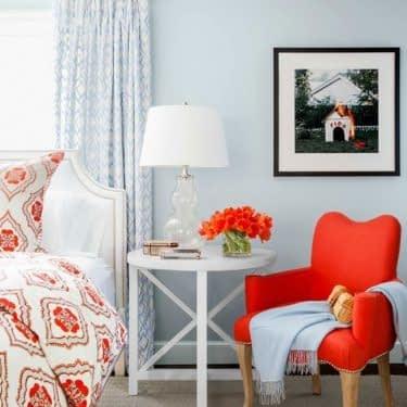 جذابیت اتاق خواب ساحلی با مبلمان قرمز