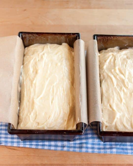 ریختن کیک داخل قالب