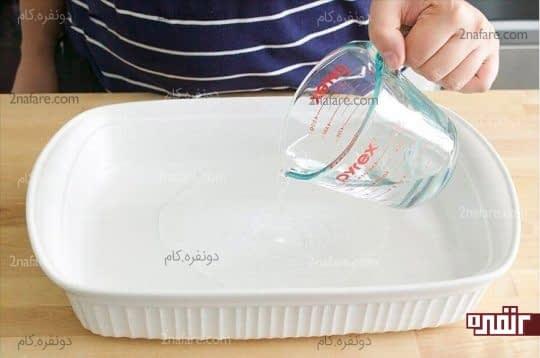 ریختن یک فنجان آمونیاک در ظرف