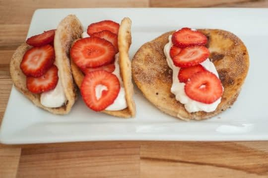 پر کردن نان ها با خامه و توت فرنگی