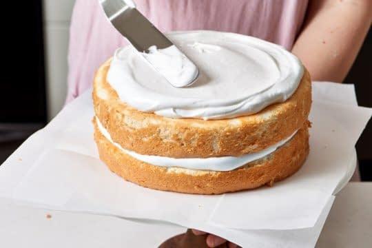 پوشاندن میان لایه ها و روی کیک با فراستینگ مخصوص