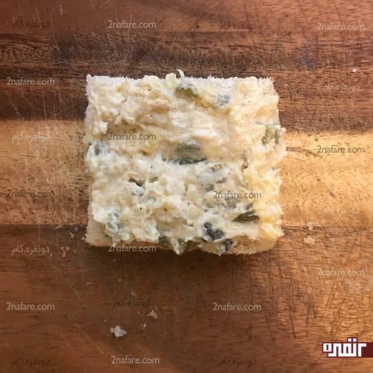 گذاشتن الویه روی نان تست