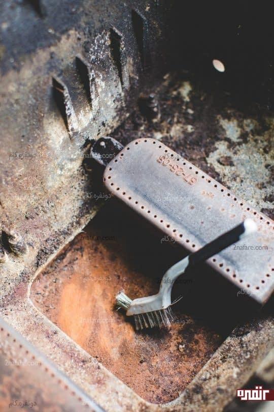 برس کشیدن و جدا کردن قسمت های زنگ زده زیرین گاز
