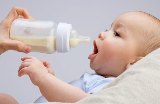 شیر رقیق برای کودک در شیشه بریزید