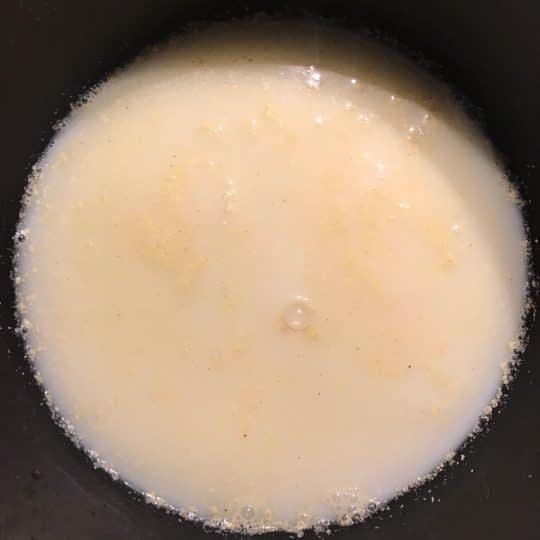 ریختن شیر و آب مرغ داخل قابلمه