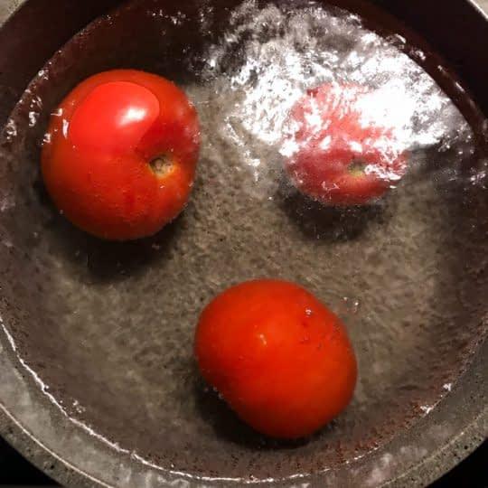 ریختن گوجه در آبجوش