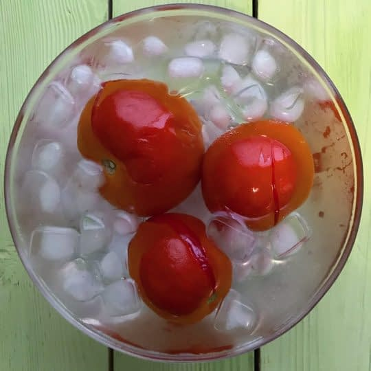 ریختن گوجه ها در آب یخ