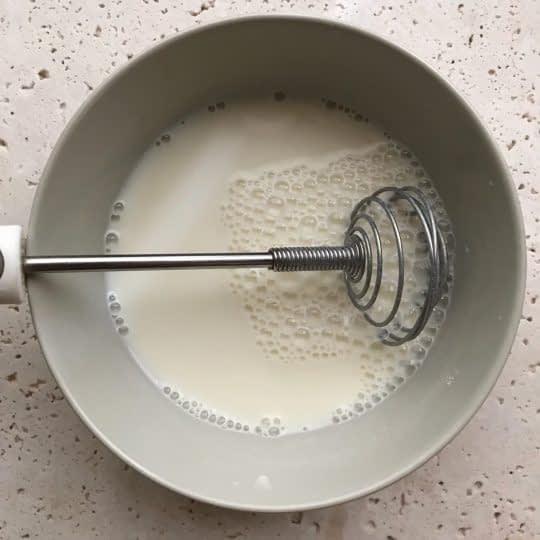 مخلوط کردن آرد و شیر