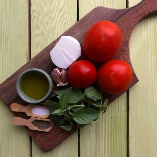 مواد لازم برای تهیه سس گوجه فرنگی و ریحان