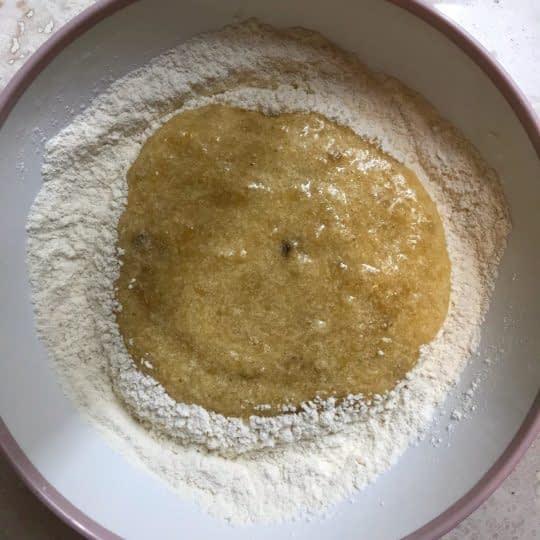 اضافه کردن مخلوط به آرد