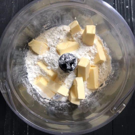 ریختن مواد داخل غذاساز