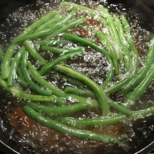 اضافه کردن لوبیا سبز