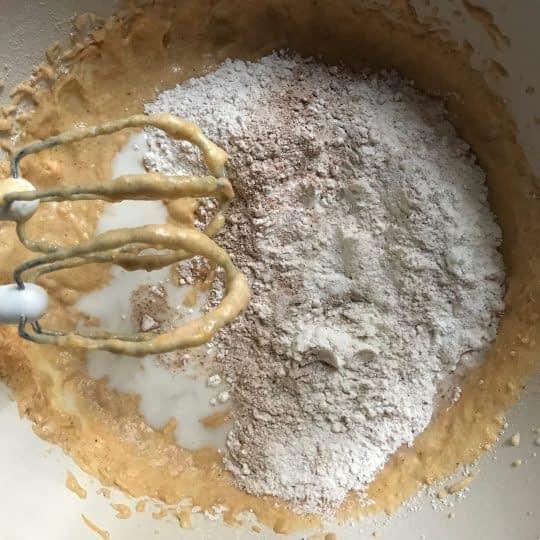 مرحله ی دوم اضافه کردن شیر و مواد خشک