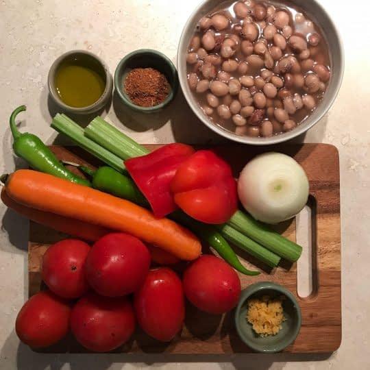 مواد لازم برای تهیه خوراک لوبیا چیتی و سبزیجات