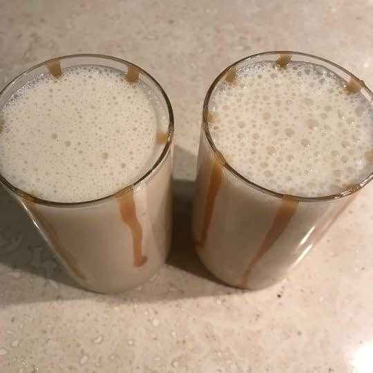 ریختن میلک شیک داخل لیوان