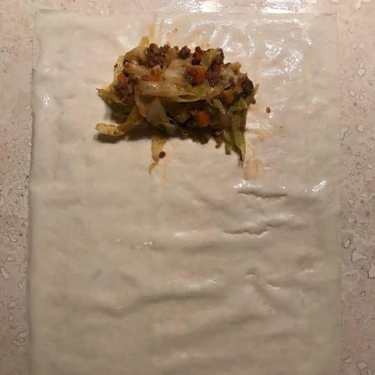 گذاشتن مواد روی خمیر یوفکا