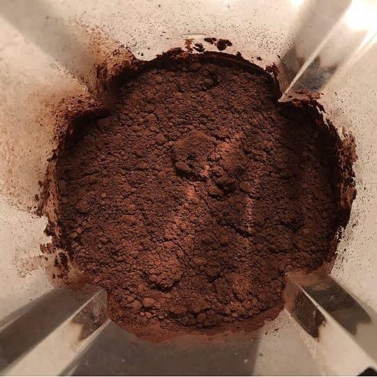 اضافه کردن شیر و پودر کاکائو