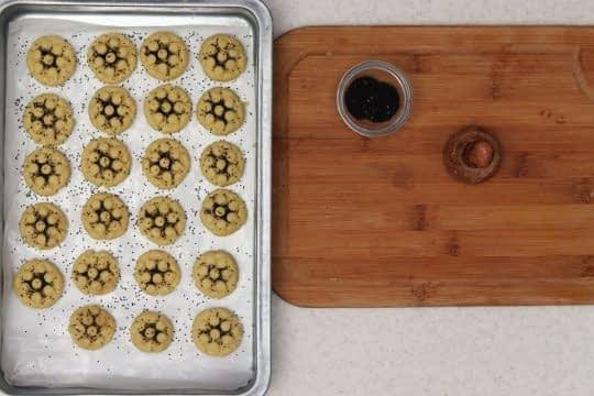 روی شیرینی ها تخم خرفه میپاشیم