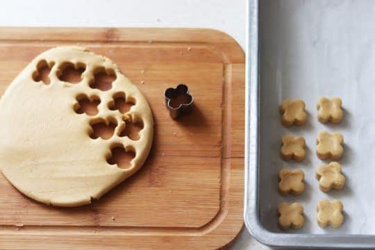 قالب زدن شیرینی نخودچی