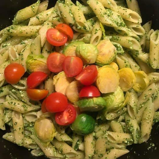 اضافه کردن گوجه و پاستا