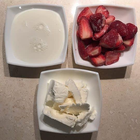 مواد لازم برای تهیه میلک شیک توت فرنگی