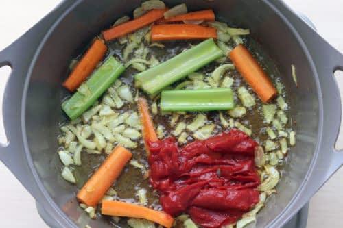 تفت دادن سبزیجات برای خورشت مرغ