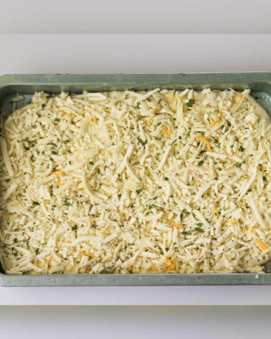اضافه کردن پنیر و سبزیجات