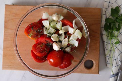 مخلوط کردن سبزیجات و روغن برای سوپ گوجه