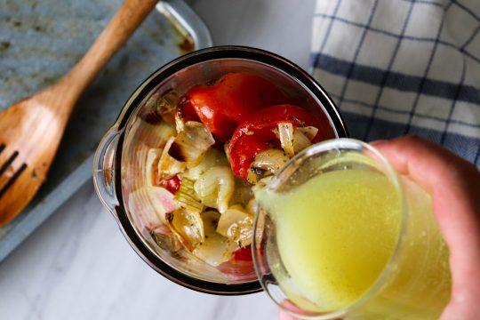 اضافه کردن آب مرغ به گوجه ها